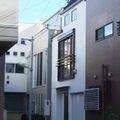 敷地9坪に建つ車庫付き、ルーフバルコニー付き住宅